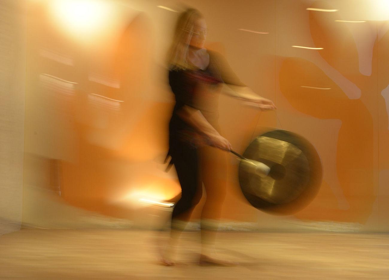 Zvočna kopel s pojočimi posodicami in gongom