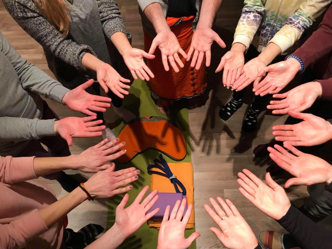 Karma joga: dobrodelna akcija za stisko družin in beguncev